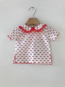 T-Shirt bianca con fiocchi e dettagli rossi