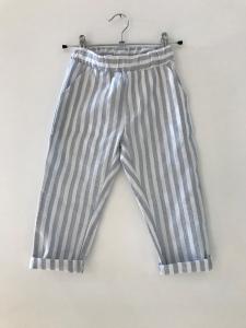 Pantalone a righe bianche e celesti