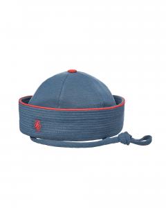 Cappello blu scuro con dettagli rossi e laccio