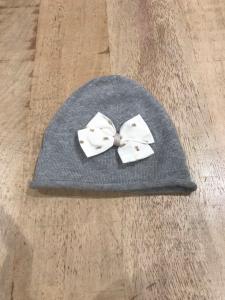 Cappello grigio con fiocco bianco