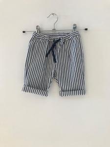 Pantalone a righe bianche e blu