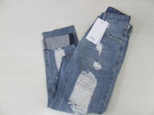 Jeans celeste con strappi