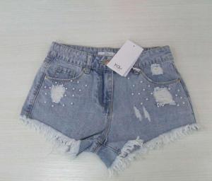 Pantaloncino di jeans celeste con perle bianche e strappi