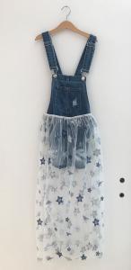 Salopette di jeans con strappi con velo trasparente