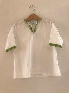 Blusa bianca con bordi e pompon verdi