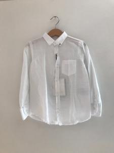 Camicia bianca con fondo sfilacciato