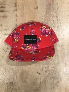 Cappello rosso con visiera e stampa fiori multicolore