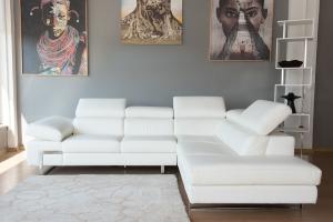 Divano angolare in pelle bianca a 5 posti maggiorati con poggiatesta recliner manuali piedini cromati lucidi- angolo terminale – Design moderno