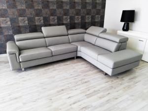 Divano letto angolare in pelle grigio a 5 posti maggiorati con poggiatesta regolabili e piedini cromati lucidi – Design moderno