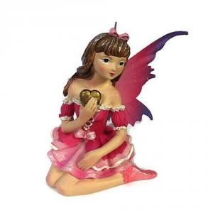 Fata rosa seduta con ali in metallo in resina