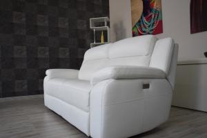 Divano relax 3 posti in pelle di colore bianco con meccanismi recliner elettrici - schienale alto e poggiatesta imbottiti