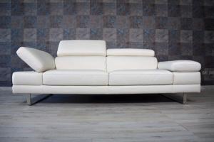 Divano in pelle di colore crema a 3 posti maggiorati con poggiatesta e braccioli recliner manuale piedini cromati lucidi – Design moderno - pronta consegna