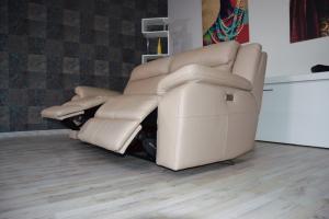 Divano relax in pelle color nocciola 3 posti Max con meccanismi recliner elettrici - schienale alto e poggiatesta con imbottitura morbida