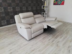 Divano relax 3 posti in pelle grigio chiaro con meccanismi recliner elettrici
