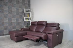 Divano relax con chaise longue in pelle color vinaccia a 3 posti di cui uno con movimento recliner elettrico.