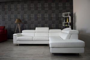 Divano letto angolare in pelle bianco a 5 posti maggiorati con poggiatesta recliner manuali piedini cromati lucidi – Design moderno