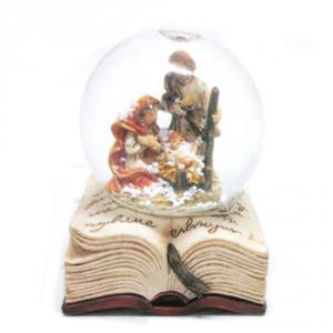 Sfera di neve in vetro su libro con natività