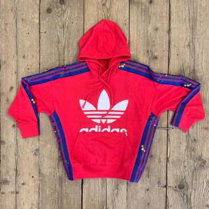 Felpa Adidas Enepk con Cappuccio rosa e Bande Laterali Fiorate