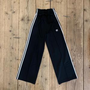 Pantalone Adidas HW a Palazzo Nero con Bande Bianche