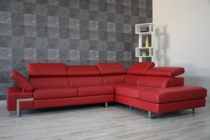 Divano angolare rosso in pelle pieno fiore a 5 posti maggiorati con poggiatesta regolabili e piedi in ferro cromato lucido – Design moderno