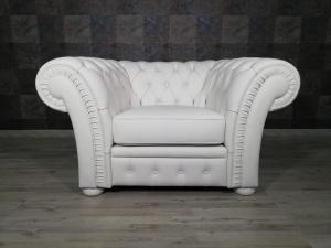 Poltrona Chesterfield bianca in pelle modello impero capitonnè con base e piedini in legno tappezzati