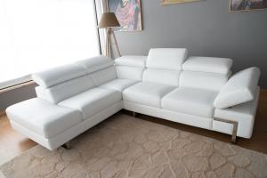 Divano angolare in pelle pieno fiore bianco ottico a 5 posti maggiorati con poggiatesta recliner manuali piedini cromati lucidi – Design moderno