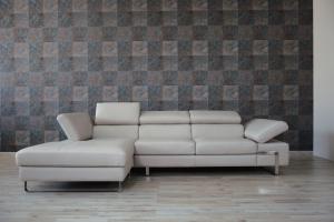 Divano con chaise longue a 4 posti rivestito in pelle grigio chiaro dotato di poggiatesta e braccioli regolabili e piedini cromati lucidi dal design moderno in pronta consegna