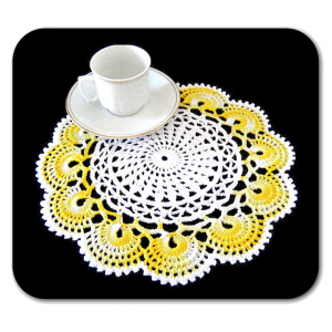 CENTRINO rotondo bianco e giallo sfumato all'uncinetto