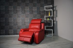 Poltrona relax in pelle di colore rosso. con recliner elettrico e poggiatesta regolabile.