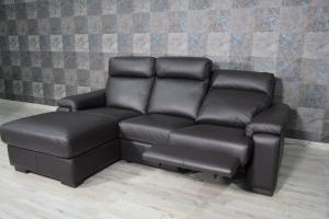 Piccolo divano con penisola destra in pelle color testa di moro a 3 posti di cui uno relax con movimento recliner elettrico, schienale alto.-2