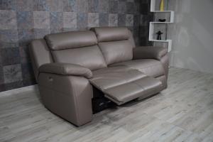 Divano relax elettrico in pelle di colore grigio oliva a 3 posti con meccanismi recliner
