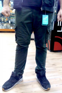 D. FIVE long cargo pantaloni