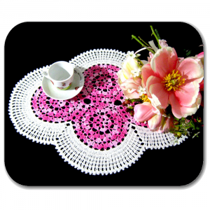 CENTRINO grande ovale bianco e rosa sfumato all'uncinetto