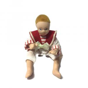 Bambino seduto casa delle bambole giacca rossa