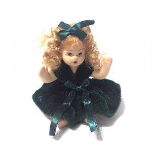 Bambolina di porcellana con vestito verde di velluto