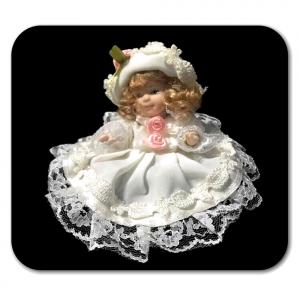 Bambolina di porcellana con vestito e cappello bianco