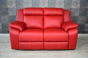 Piccolo divano in pelle di colore rosso a 2 posti