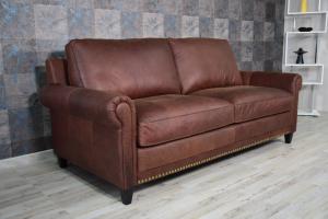Divano 3 posti in pelle color cuoio con borchie con base e piedini in legno, cuscini in piume d'oca e inserto in memory – Design vintage