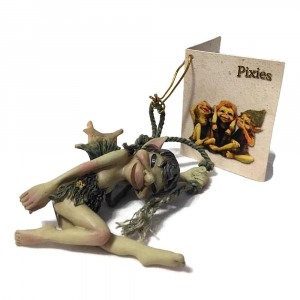 Statuina Pixie appeso su corda in resina
