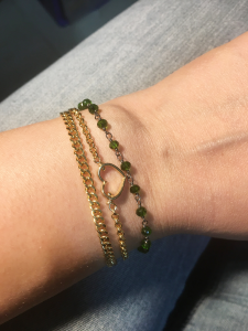bracciale in ottone galvanizzato, microcristalli verdi e cuore
