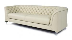 Divano moderno tipo Chesterfield 4 posti in pelle di colore bianco perla e piedi in metallo cromo
