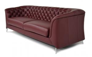 Divano moderno tipo Chesterfield 4 posti in pelle di colore rosso bordeaux e piedi in metallo cromato