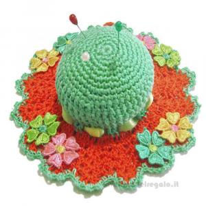 Cappellino puntaspilli verdeacqua ed arancio ad uncinetto ø 13,5 cm Handmade - Italy