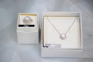 Osa gioielli, girocollo e anello in argento 925 , pietre Swarovski e perle coltivate