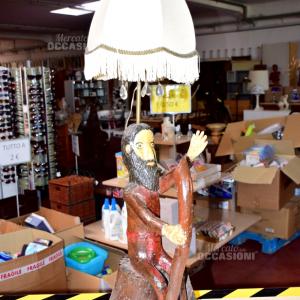Lampada in legno intagliato a mano raffigurante un uomo con bastone