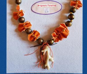 Collana in eco pelle e perle in legno naturale | Bigiotteria handmade online