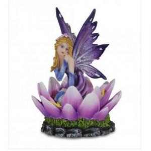 FATINA seduta su fiori di loto 12,5 cm in resina da collezione LES ALPES