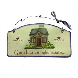 Targa in legno QUI ABITA UN FIGLIO VIZIATO idea regalo simpatica 23,5X12,5 cm