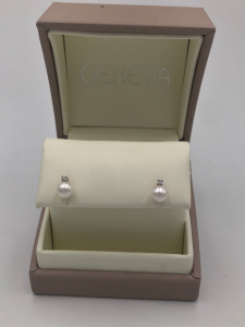 Orecchini in oro bianco con perle naturali e diamante