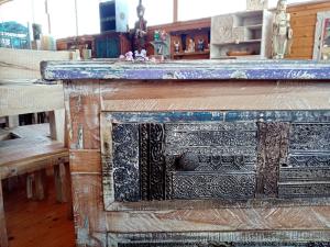 Cassettiera in legno di teak recuperato con frontale timbrini